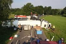 Pomoc hasičů po havárii cisterny s nákladem nafty u Branek