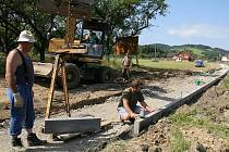 Chodníku, který spojí horní a dolní část obce, se dočkají obyvatelé Huslenek. Stavba bude dokončena v září