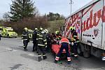 Záchranáři zasahují v pátek 24. dubna 2020 odpoledne u vážné nehody motocyklu a nákladního auta u Liptálu na Vsetínsku.