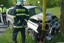 Řidič při jízdě přejel do protisměru, vyjel mimo komunikaci, kde narazil do sloupu veřejného osvětlení a vzrostlého stromu.