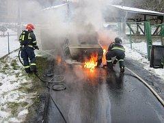 Automobil zachvátily plameny