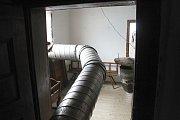 Odborníci ničí dřevokazný hmyz v Karlovském muzeu horkým vzduchem, který rozvádí systém potrubí.