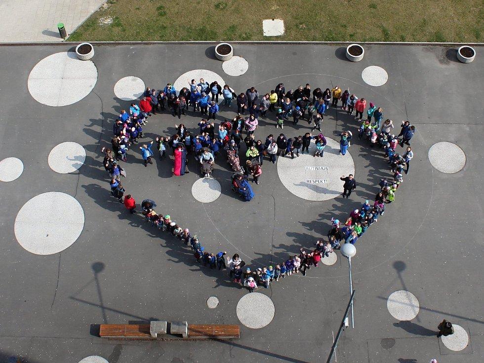 U příležitosti Světového dne podpory autismu připomněli skupinu lidí,kterých se to týká také 2. dubna 2019 ve Vsetíně. Mimo jiné vytvořili modré srdce na náměstí Svobody.