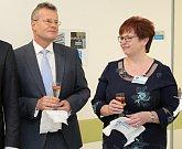 Zástupci vedení města Vsetín, vedení Vsetínské nemocnice a Zlínského kraje společně stříhají pásku při slavnostním otevření nového interního pavilonu Vsetínské nemocnice.