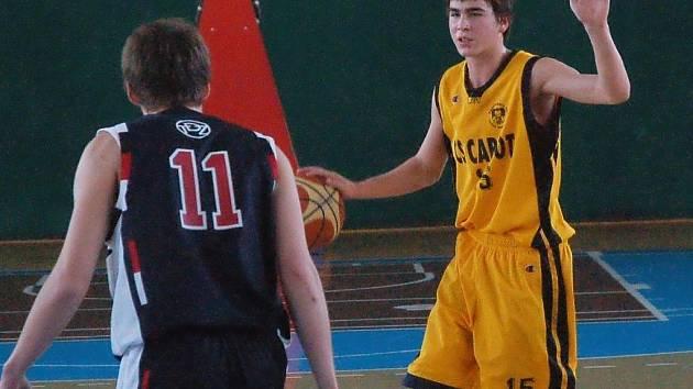 Druholigoví basketbalisté Valašského Meziříčí (s míčem Filip Denk).