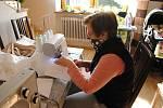 Ludmila Hadašová z Kladerub šije doma roušky pro obyvatele vesnice. O pomoc ji požádalo vedení obce Kladeruby; středa 25. března 2020