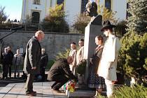 Vzdát hold zakladateli Československého státu Tomáši G. Masarykovi a připomenout si 96. výročí vzniku samostatného Československa přišlo ve Vsetíně v úterý odpoledne několik desítek lidí.