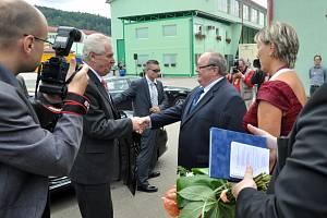 Prezident republiky Miloš Zeman na návštěvě firmy Kovar v Leskovci na Vsetínsku. Na snímku se prezident Miloš Zeman vítá s ředitelem firmy Kovar Petrem Bambuchem.