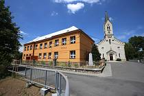 obec Ratiboř - škola a evangelický kostel