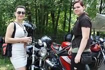 V Lidečku-Račném se konal první ročník motosrazu. Mezi účastníky patřila Klára Šenkeříková (vlevo) a Aneta Nedorostová z Lidečka.