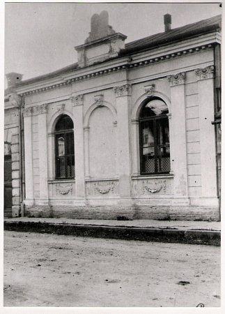 Židovská synagoga ve Vsetíně na historické fotografii. Snímek není blíže datován.