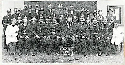 HASIČSKÝ SBOR.Sbor dobrovolných hasičů založený v roce 1894 nadučitelem Karel Zvihanem patří mezi nejstarší spolky starající se o život v obci Zubří. Na fotografii z roku 1944 sbor dobrovolných hasičů při oslavách padesáti let od založení sboru