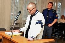 Dvaapadesátiletý Josef Lička z Ostravska vypovídá před senátem Okresního soudu ve Vsetíně. Podle obžaloby měl v červenci 2012 vyzbrojený atrapou výbušniny přepadnout pobočku České spořitelny v Rožnově pod Radhoštěm.