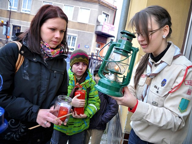 Na vsetínské vlakové nádraží dorazili v sobotu 21. prosince 2013 dopoledne brněnští skauti s betlémským světlem. Převzali si je od nich členové skautského oddílu z Vizovic.