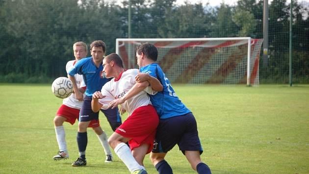 Fotbalisté Podlesí (modré dresy) doma porazili Nedašov 2:0.