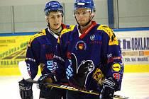 Útočníci hokejového Valašského Meziříčí Róbert Balga (vlevo) a Martin Matuštík.