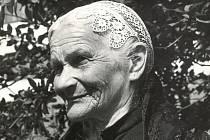 Stařenka ve svátečním čepci. Vidče 1962