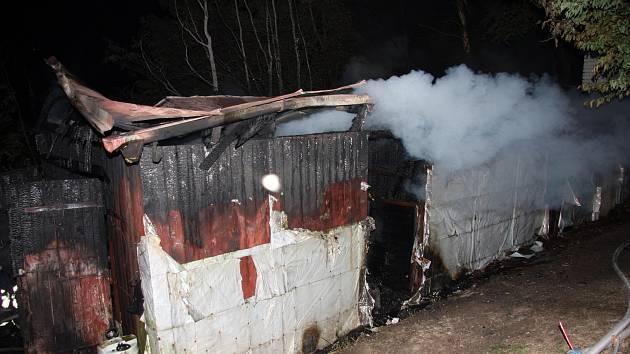 Kouř se valí z hořícího dřevěného stavení na Dolních Pasekách v Rožnově pod Radhoštěm (úterý 25. 6. 2019)