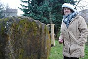 Bludný balvan a dva čerstvě vysazené buky červenolisté od čtvrtka 23. listopadu 2017 označují místo, kde obyvatelé horní části Valašského Meziříčí dříve pohřbívali zesnulé.