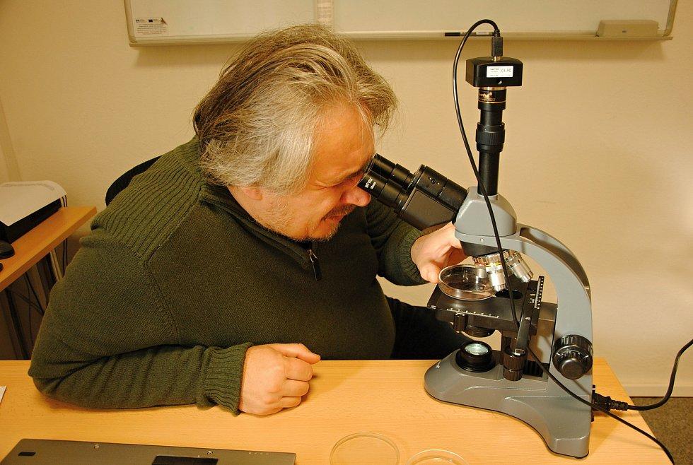 Členové astronomického kroužku při valašskomeziříčské hvězdárně pronikli do základů mikrobiologie (na snímku odborný pracovník hvězdárny Radek Kraus).