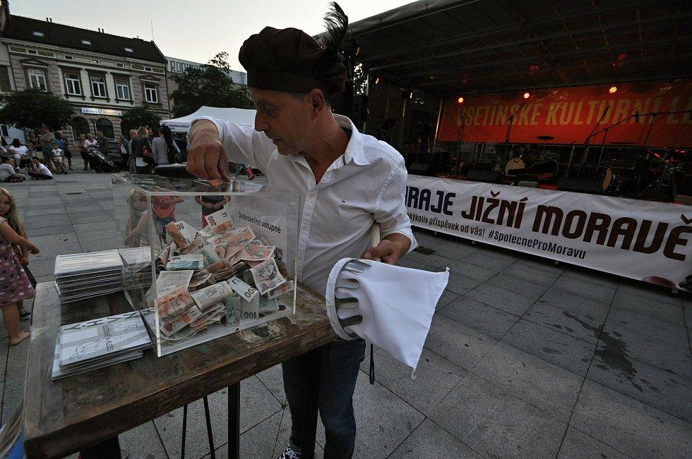 Herec a režisér Divadla v Lidovém domě Pavel Rejman vkládá v pátek 23. července 2021 na benefičním festivalu Vsetín hraje Jižní Moravě na Dolním náměstí ve Vsetíně peníze do sbírkové pokladny.