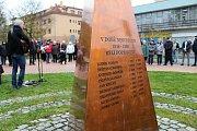 Desítky lidí si u příležitosti Dne boje za svobodu a demokracii připomněly historicky významný den. U památníku obětem totality v Panské zahradě ve Vsetíně zavzpomínala na listopadové události zástupci města a Blanka Andělová ze Svazu bojovníků za svobodu