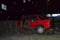 Opilý řidič z Frenštátu pod Radhoštěm projel svým Fordem Escort středem kruhového objezdu v centru Valašského Meziříčí. Auto zaparkoval ve křoví u silnice
