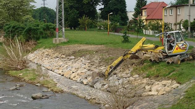 Ve Valašském Meziříčí se opravují břehy poničené povodní.