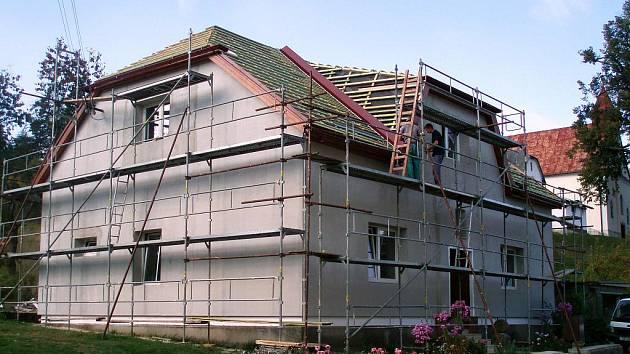 Nevyužívaná budova fary ve Zděchově prochází celkovou opravou. Poté bude sloužit jako centrum pro společenské a zájmové aktivity. Rekonstrukce skončí v listopadu 2011.