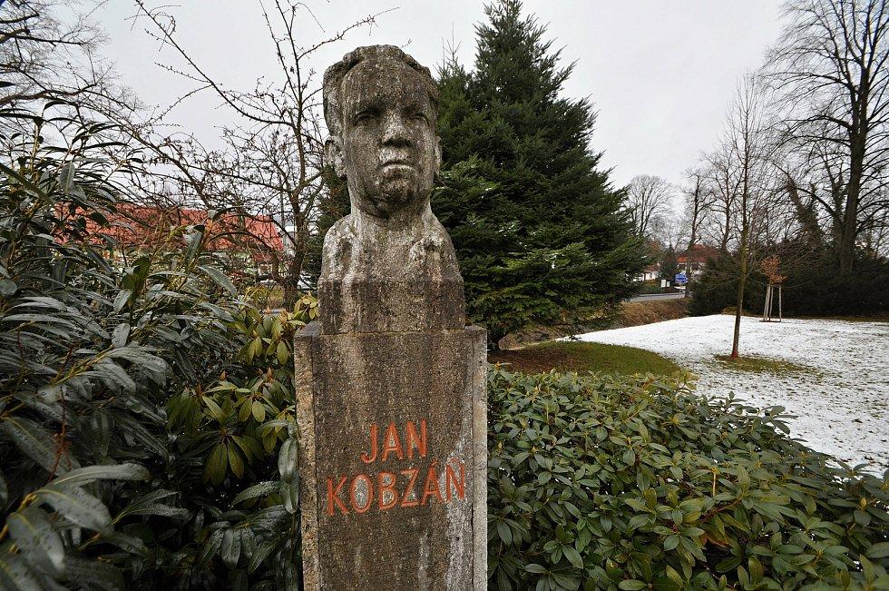 Památník nejvýznamnějšího liptálského rodáka spisovatele a výtvarníka Jana Kobzáně poblíž zámečku v Liptále.
