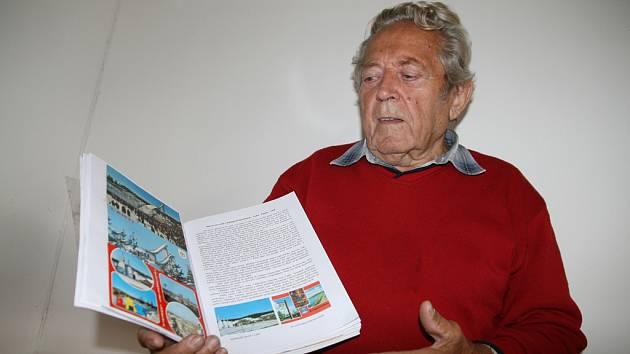 Radko Linhart představuje publikaci nazvanou Moje cesty za olympijským ohněm