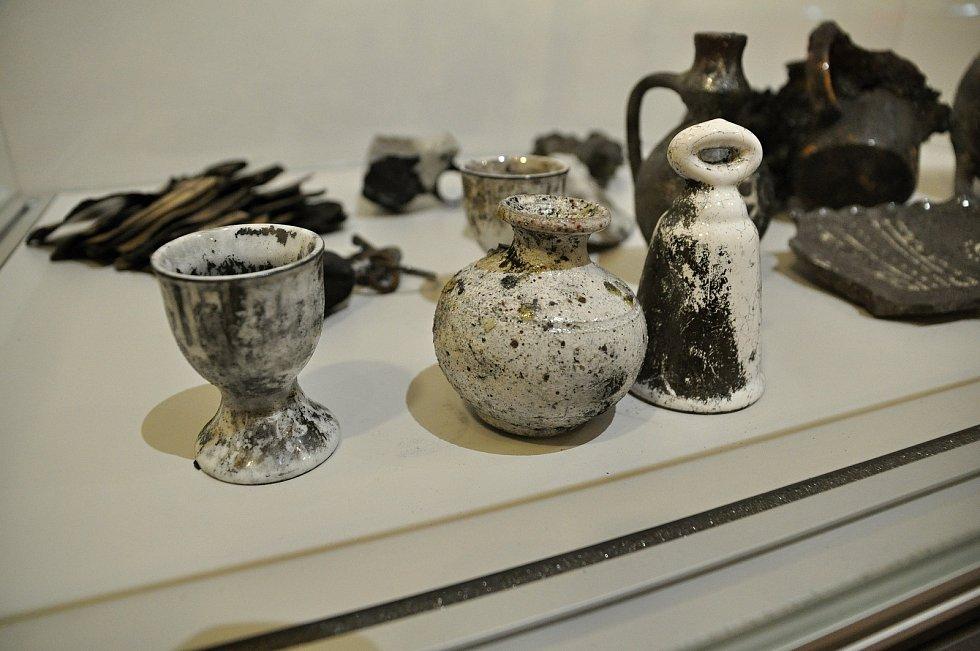Ohněm poničené předměty nalezené v požárem zničené chatě Libušín na Pustevnách; Valašské muzeum v přírodě v Rožnově, Sušák, 1. patro, srpen 2020