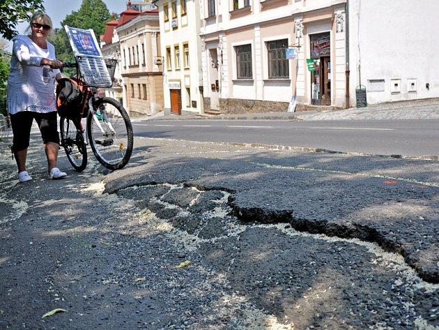 Aktivním sesuvem poškozený chodník v Palackého ulici v centru Vsetína; Vsetín, úterý 9. června 2015.