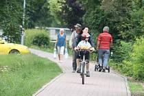 Na smíšené stezce pro chodce a cyklisty podle lidí chybí lavičky.