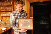 Ředitel Moravské gobelínové manufaktury ve Valašském Meziříčí Jan Timotej Strýček s fotografií připomínající návštěvu T. G. Masaryka v gobelínce v roce 1924.