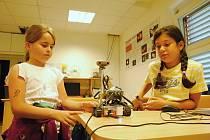 Účastníci příměstského tábora ve valašskomeziříčské hvězdárně si vyzkoušely programování robotů; úterý 4. srpna 2020
