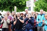 Na 250 lidí přišlo v úterý 28. května 2019 vyjádřit na vsetínské náměstí Svobody svůj nesouhlas s vládou Andreje Babiše.