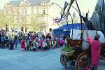 Na Zelený čtvrtek ožilo vsetínské Dolní náměstí Valašskými Velikonocemi. Návštěvníci si užili představení Pouličního divadla Kvelb.