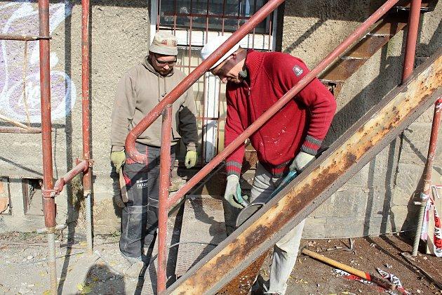 Dělníci zahájili stavební úpravy Lidového domu. Liďák prokoukne zvenčí, ale nového vybavení se dočká i divadlo. Práce skončí v létě příštího roku.