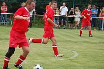 Fotbalisté Prostřední Bečvy (červené dresy) sehráli smolné utkání a po celý zápas nenalezli recept na výborného brankáře Podešvu. Rezerva Velké Karlovice+Karolinka nakonec vyhrála 4:2.