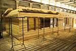 Jedna čtvrtina kulturní památky Libušín, kterou řemeslníci obnovují v areálu bývalého zemědělského družstva v Bystřičce, je téměř hotová a připravená k převozu na původní místo na Pustevnách.