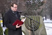 Studenti, zástupci radnice i veřejnosti uctili u památníku na místě bývalé synagogy ve Vsetíně památku obětí holocaustu. Vsetín, středa 27. ledna 2016