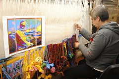 V Moravské gobelínové manufaktuře ve Valašském Meziříčí tkají tapiserii se stylizovaným jezdeckým portrétem prvního československého prezidenta Tomáše Garrigue Masaryka.