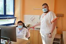 Všeobecná sestra Alena Furmánková a její syn Adam Furmánek, který je sanitářem, pracují oba v Nemocnici Valašské Meziříčí.