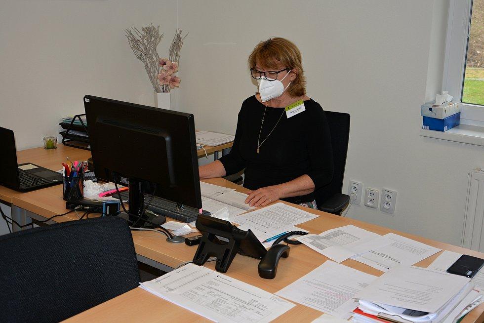 Domov pro seniory Jasenka v dubnu 2021 během pandemie covidu. Vedoucí domova Renata Zejdová.
