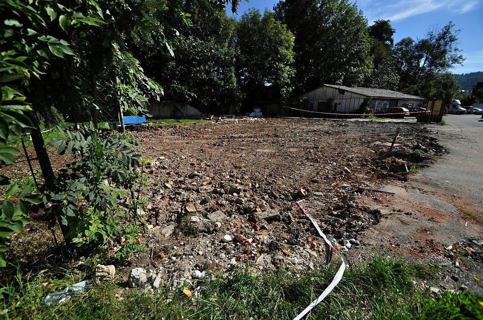 Místo, kde v sousedství sportovní haly na Lapači ve Vsetíně stával objekt bývalé sauny.