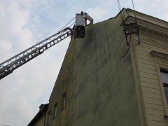 Utržený střešní plech ohrožoval okolí budovy