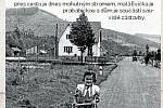 SILNICE II/487.Unikátní fotografie hlavní silnice ve směru na Velké Karlovice (rok 1942). Kočárek, u kterého stojí Zdena Šimarová a vozí sestru Evu Šimarovou (Dostálovou), je v místech, kde dnes můžete vidět po levé straně plot z reklam.