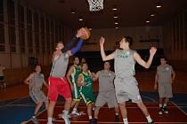 Basketbalisté Jasenice B (zelené dresy) i podruhé v sezoně porazili Jameson Boys.