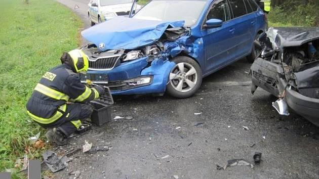 Dva zranění lidé a škoda za několik desítek tisíc korun. Taková je bilance čtvrteční odpolední dopravní nehody u Choryně na Valašskomeziříčsku.